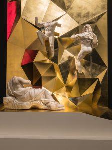Drei Marmorstatuen mit goldenem Sockel in der Ausstellung