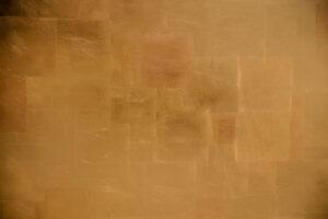 Goldener Hintergrund, Schlagmetall auf einer Tür