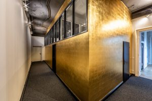 Vergoldete Wände im Designbüro