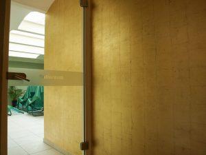 Kiezsauna Berlin Friedrichshain. Vergoldete Wand zum Ruheraum. Detail