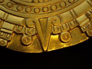 Aztekischer Kalenderstein mit Blattgold vergoldet, Detail