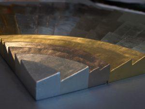 Veredeltes Holzrelief, verschiedene Blattmetalle. Detail