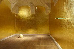 Vergoldeter Raum in der Galerie Kewenig, Berlin. Ausstellung James-Lee-Byars. Gesamt Kunstlicht