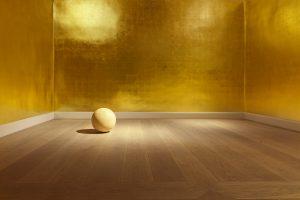 Vergoldeter Raum in der Galerie Kewenig, Berlin. Ausstellung James-Lee-Byars. Detail Marmorkugel