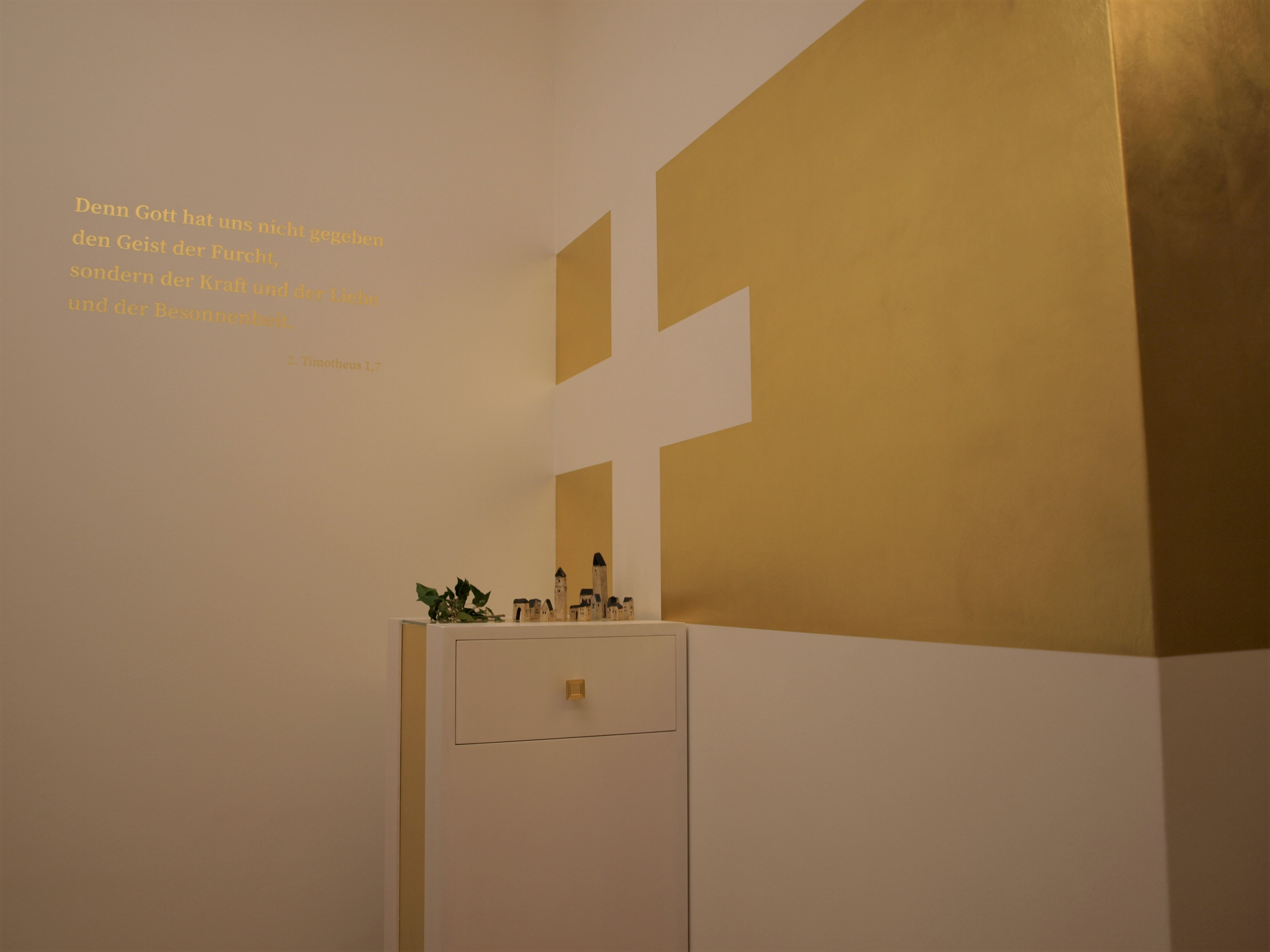 Vergoldete Wände und Schrift im Hospiz