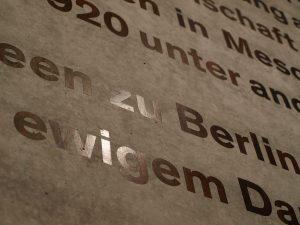 James-Simon-Galerie auf der Museumsinsel Berlin, neuer Eingangsbereich. Betonwand mit verkupferten, brüniertem Schriftzug. Detail