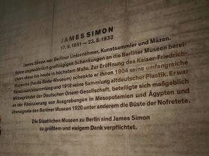 James-Simon-Galerie auf der Museumsinsel Berlin, neuer Eingangsbereich. Betonwand mit verkupferten, brüniertem Schriftzug. Nah