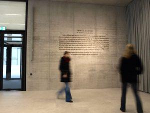 James-Simon-Galerie auf der Museumsinsel Berlin, neuer Eingangsbereich. Betonwand mit verkupferten, brüniertem Schriftzug
