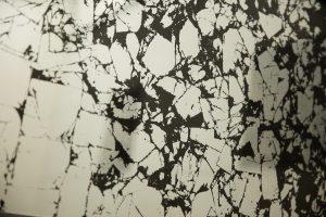 Marmorspiegel. Hinterglasveredelung mit Blattalumnium. Bilderrahmen Grafit. Detail 1