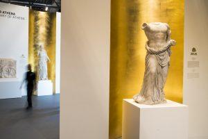 In der Ausstellung Pergamon. Das Panorama, zwei vergoldete Nischen mit Marmorstatuen