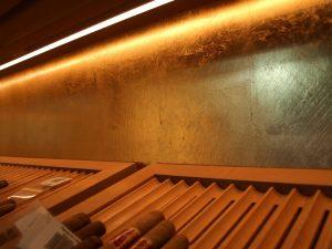 Vergoldete Rückwand im Tabakladen im Hauptbahnhof Berlin. Detail