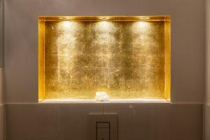 Vergoldete Badezimmernische. Echtes Blattgold. Von vorne