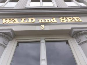 Vergoldete Buchstaben und Ziffer