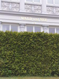 Vergoldete Buchstaben und Ziffer. Villa Wald und See, Usedom.