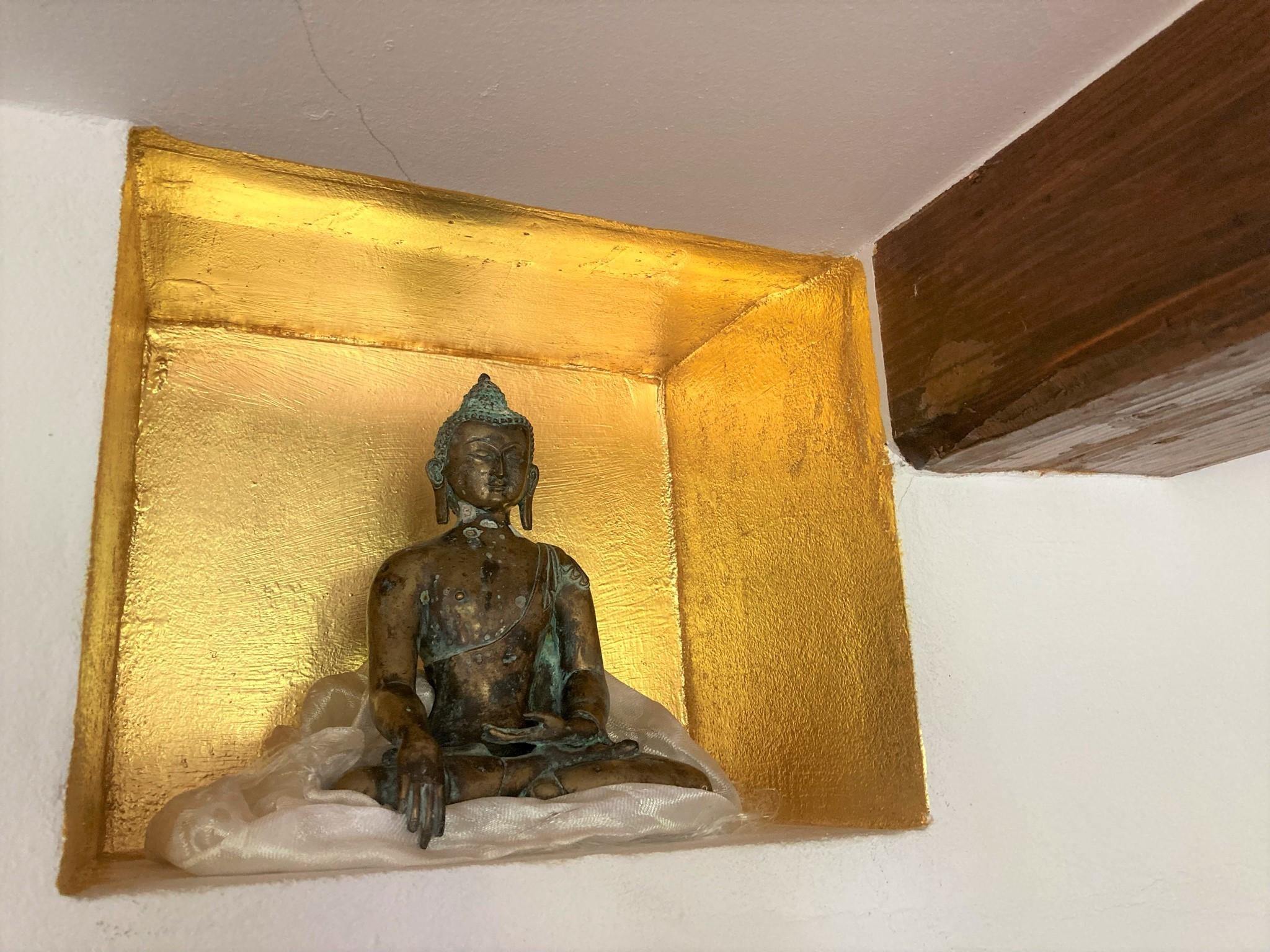 Vergoldete Nische mit Buddha-Figur