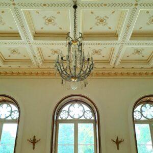 GOLDSACHS Gartensaal mit vergoldeten Stuckprofilen, Konsolen und Fensterlaibungen