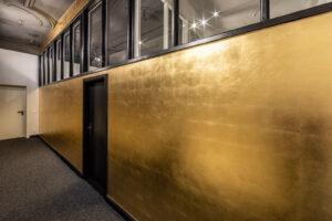 Vergoldete Wände im Design-Büro OJALA-Werke, Berlin. Linke Seite