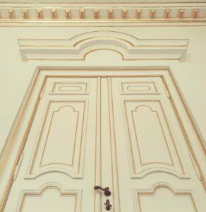 Vergoldete Türprofile und Stuckkonsolen im Gartensaal