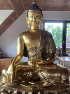 Vergoldete Buddha-Statue. Tibethaus Frankfurt. Gesamtansicht
