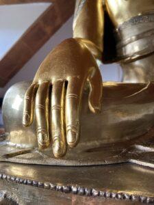 Vergoldete Buddha-Statue. Tibethaus Frankfurt. Hand