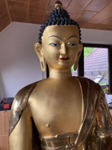 Vergoldete Buddha-Statue. Tibethaus Frankfurt. vorher