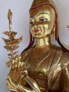 Vergoldete Tsongkhapa-Statue, Berghof. Detail seitlich