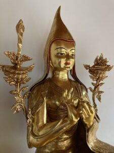 Vergoldete Tsongkhapa-Statue, Berghof. seitlich