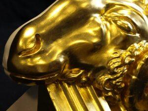 Vergoldeter Widderkopf aus Gips, Blattgold, Ölvergoldung. Detail 2. GOLDSACHS