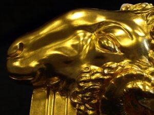 Vergoldeter Widderkopf aus Gips, Blattgold, Ölvergoldung. Detail. GOLDSACHS